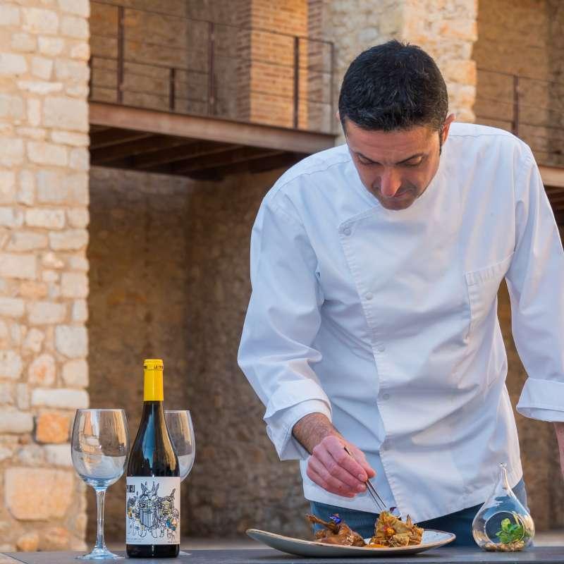 Cocinero preparando platos de las II Jornadas gastronómicas.