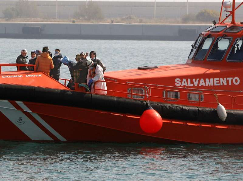 Imagen de archivo del rescate de un grupo de inmigrantes arribados en patera a Alicante.