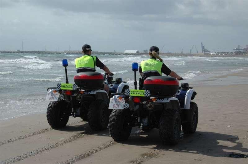 Agentes de la Policía Local de València patrullan por la playa. EFE/Policía Local