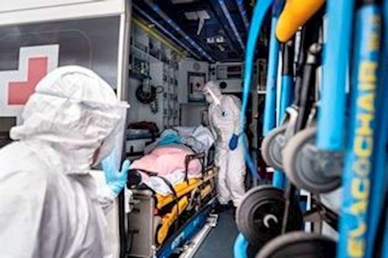 Voluntarios de Cruz Roja trasladan a una mujer con coronavirus hasta el Hospital de La Ribera (Alzira)