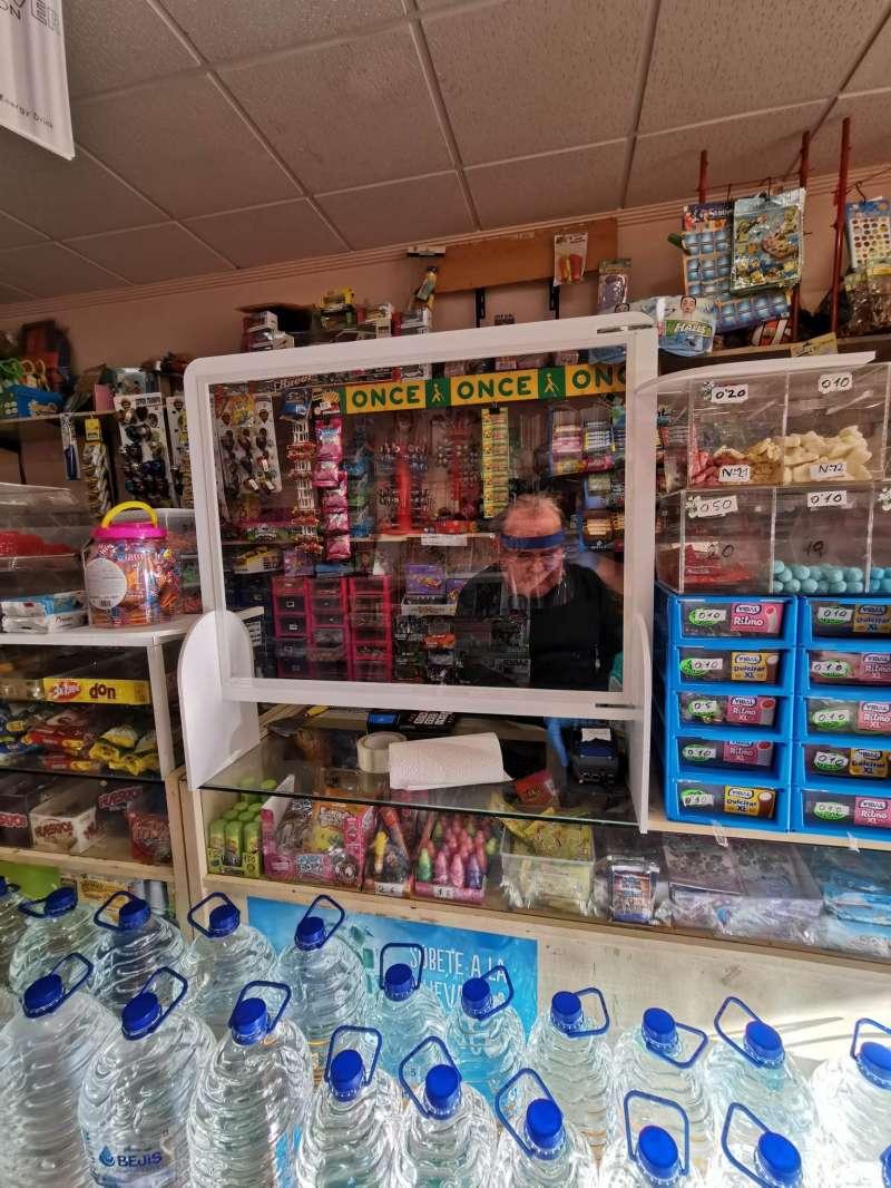 Mampara colocada en uno de los comercios de Burjassot. EPDA