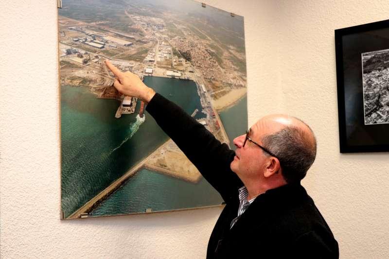 Pepe Gil muestra el puente.