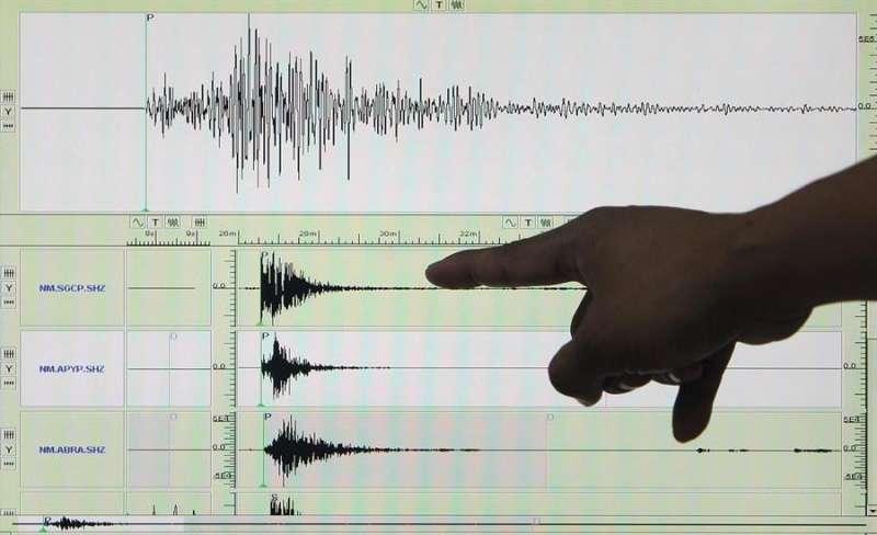 Una persona señala los datos de un sismógrafo. EFE/Archivo