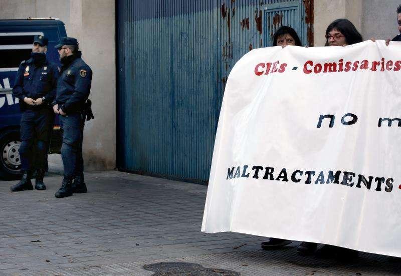 Varias personas concentradas en la puerta del Centro de Internamiento para Extranjeros (CIE) de València. EFE/Archivo