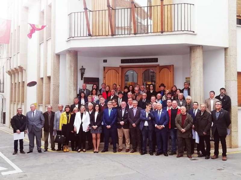 Alcaldes y concejales en la escalinata de acceso al ayuntamiento