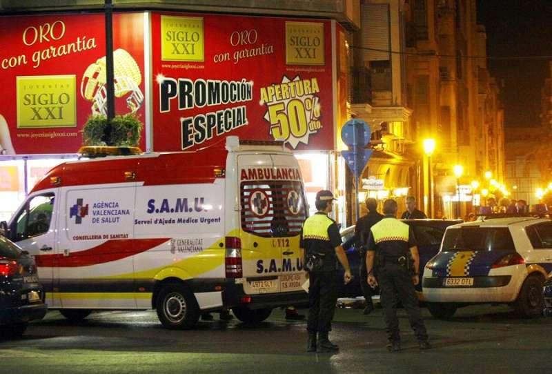 Imagen de archivo de una ambulancia del SAMU en Alicante. EFE / Manuel Lorenzo.