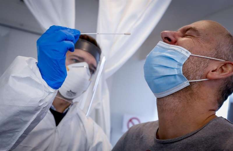 Realización de una prueba PCR para detectar el coronavirus.