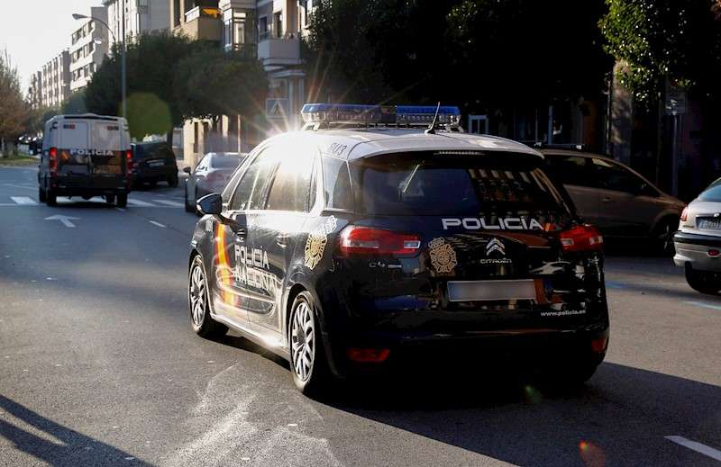 Un vehículo policial traslada a un detenido. EFE/Archivo