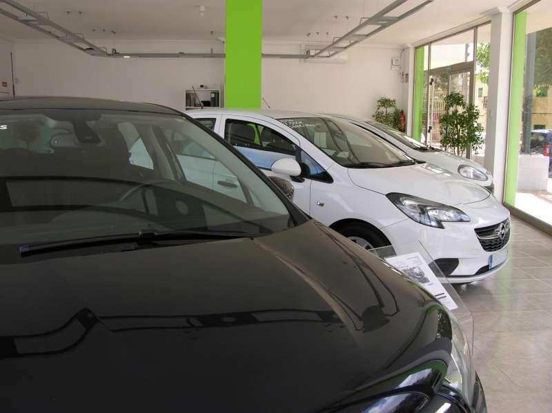 Vista de varios vehículos puestos a la venta en un concesionario. EFE