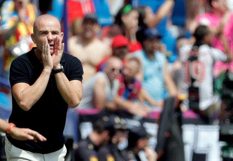 El entrenador del Levante, Paco López, da instrucciones a sus jugadores durante un partido. EFE/Archivo