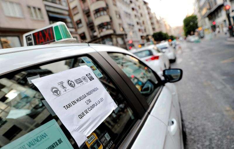 Varios taxis durante una protesta en València. EFE/Archivo