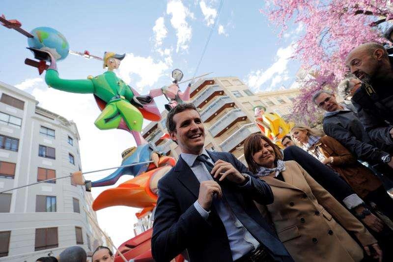 Pablo Casado junto a Isabel Bonig. EFE