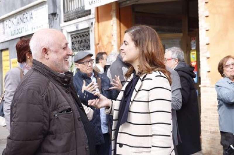 La regidora Sandra Gómez, al barri del Cabanyal. EPDA