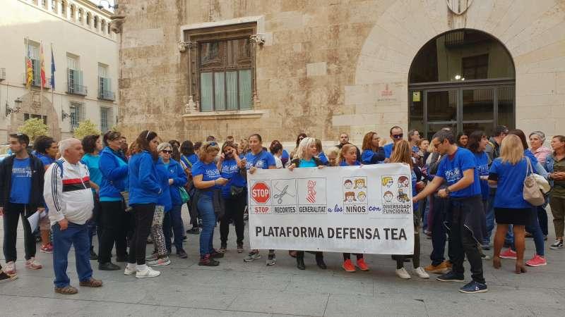 Miembros de la Plataforma Defensa TEA ante el Palau de la Generalitat