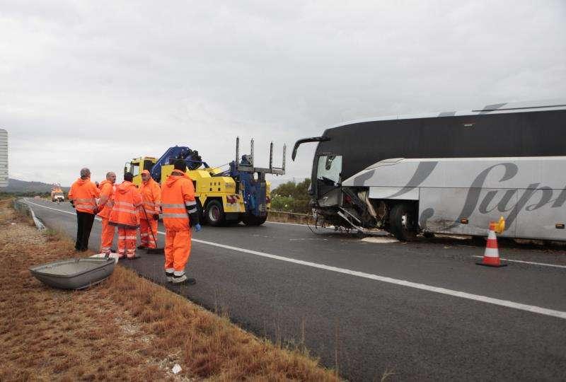Imágenes del accidente por un choque frontal entre un coche y un autocar en la autopista AP-7, a su paso por Amposta, con un fallecido y nueve heridos. EFE