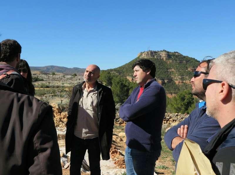 El diputat Xavier Rius durant la seua visita al jaciment de La Celadilla. EPDA