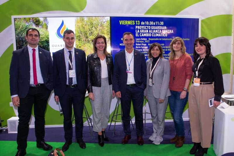El alcalde de Riba-roja con los miembros de la empresa Hidraqua. / EPDA