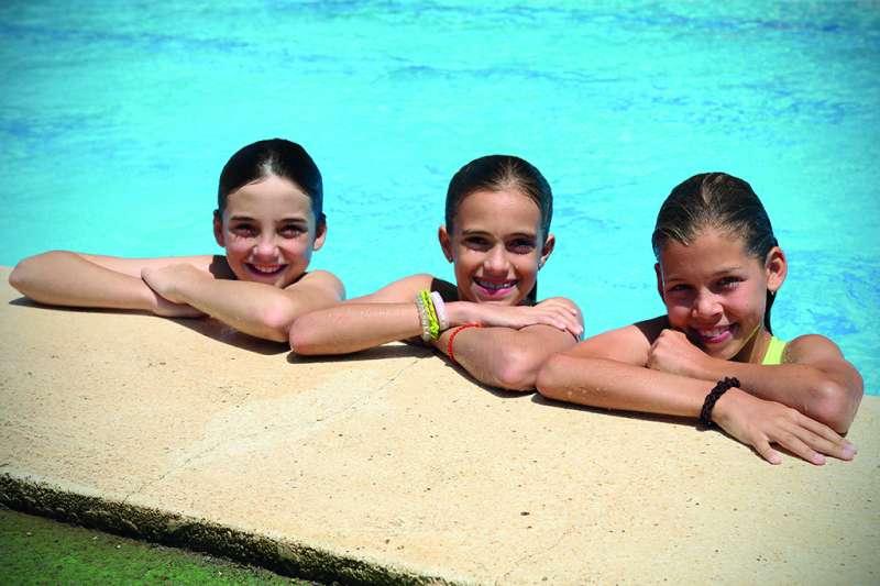 Alumnos del Challenge Camp refrescándose en la piscina descubierta de Caxton College