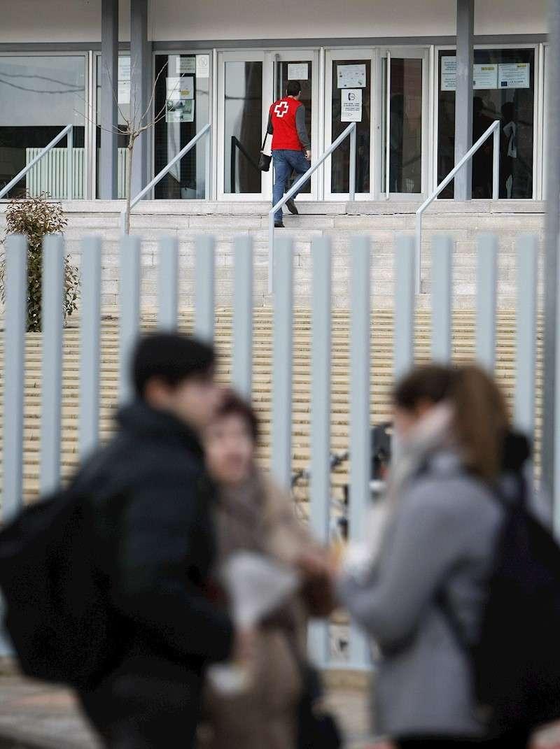 Jóvenes a las puertas de un instituto. EFE/Archivo