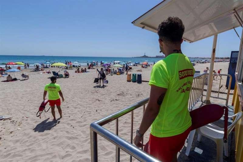 Dos vigilantes de la playa. EFE