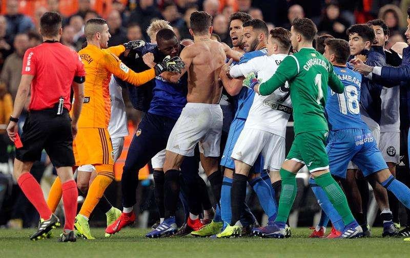 Los jugadores del Getafe y del Valencia se enzarzan al final del encuentro tras clasificarse el Valencia para las semifinales del la Copa del Rey al ganar 3 a 1 y clasificarse para las semifinales de la Copa del Rey. EFE