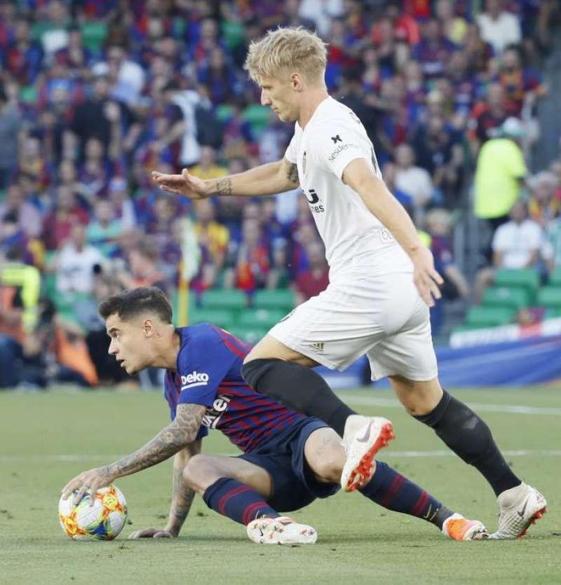 Philippe Coutinho (i), cae ante la entrada del danés del Valencia CF, Daniel Wass (d), durante la final de la Copa del Rey. EFE/Archivo