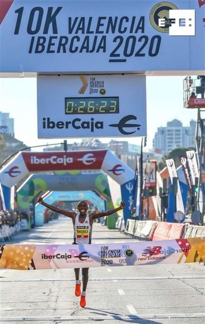 El keniano Rhonez Kipruto estableció este domingo un nuevo récord mundial de 10K en ruta al vencer en la carrera de Valencia Ibercaja con un tiempo de 26:24. EFE/10k Valencia