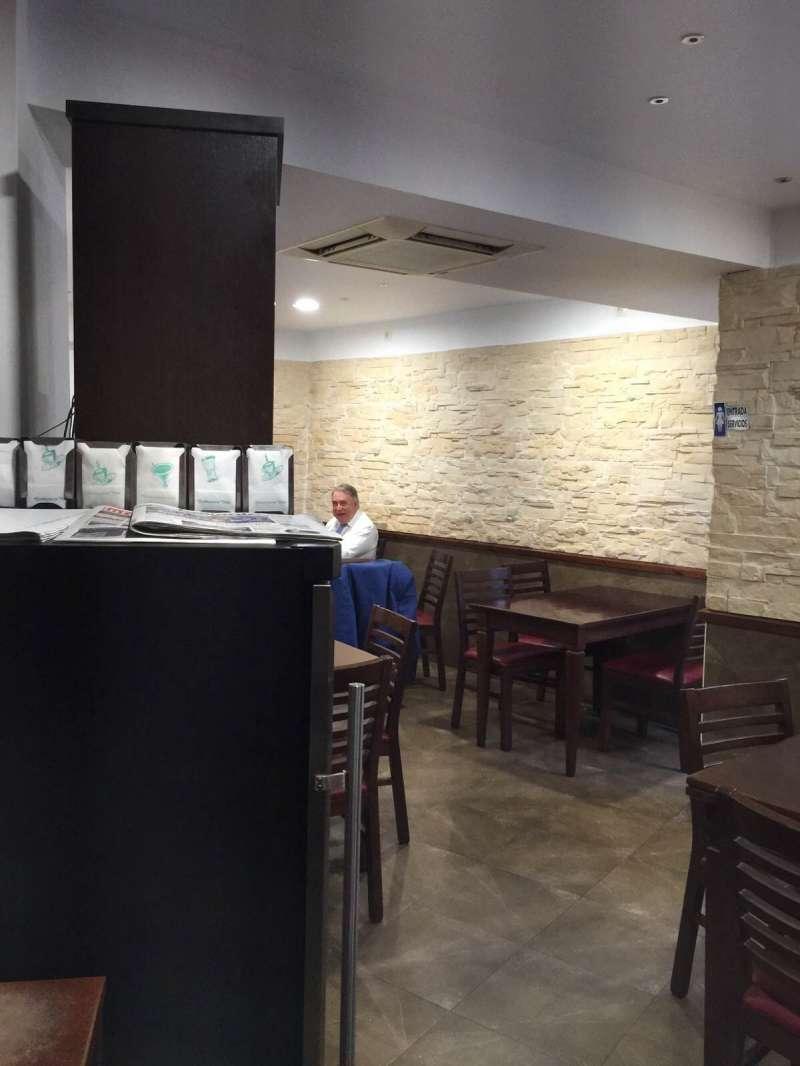Sancho, en el bar contiguo al ayuntamiento de San Antonio de Benagéber, tras salir de prisión. FOTO EPDA