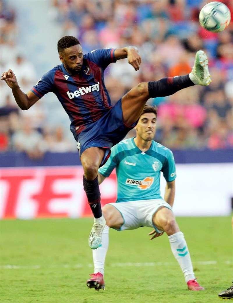 El defensa español del Osasuna Nacho Vidal (d) disputa un balón con Hernani (i), delantero luso del Levante, durante el encuentro entre ambos equipos correspondiente a la séptima jornada de LaLiga que disputan esta tarde en el Ciutat de València. EFE/Kai Försterling.