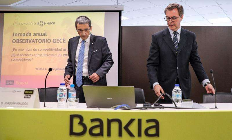 El consejero delegado de Bankia, José Sevilla (dcha), y el director adjunto de investigación del IVIE, Joaquín Maudó. EFE