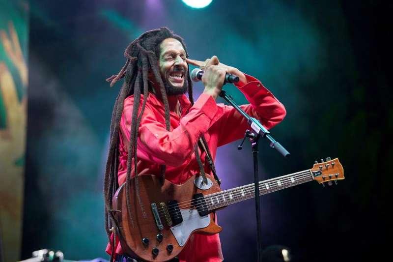 El cantante de Reggae británico Julian Marley durante una actuación en el festival Rototom Sunsplash. EFE/Domenech Castelló/Archivo