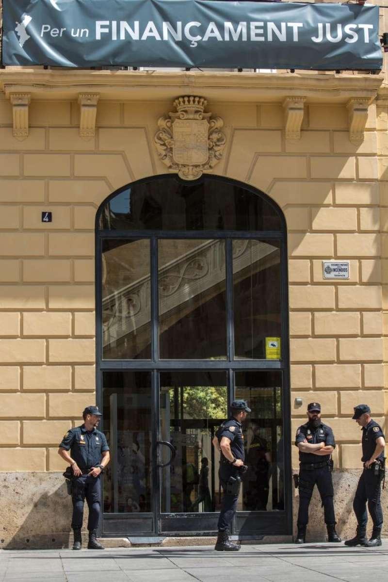 Miembros de la Policía Nacional custodian la Diputación de València. EFE/Archivo