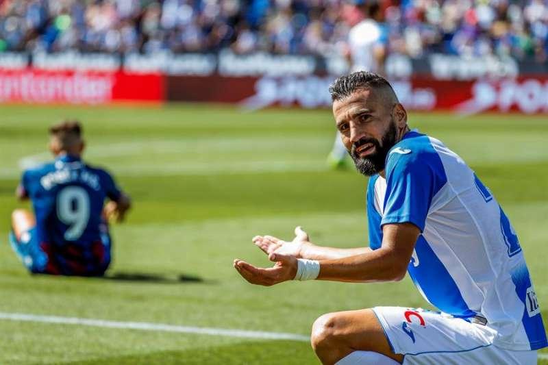 El jugador griego del Leganés Dimitrios Siovas se lamenta después de cometer una falta sobre Roger Martí (i). EFE