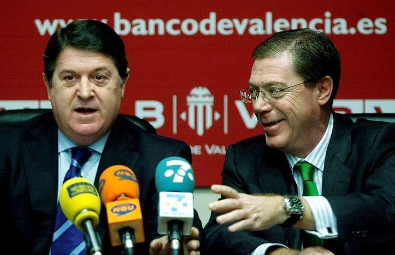 El expresidente del Banco de Valencia, José Luis Olivas (i), y el exconsejero delegado, Domingo Parra Soria, durante una rueda de prensa en enero de 2007. EFE