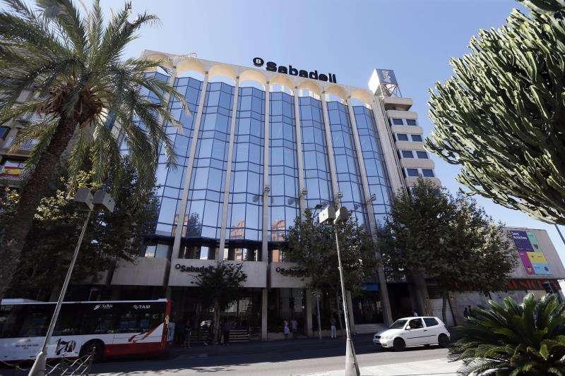 En la imagen, vista del edificio de Banco Sabadell en Alicante, uno de sus principales centros operativos fuera de Cataluña y ahora también sede social de la entidad. EFE/Archivo