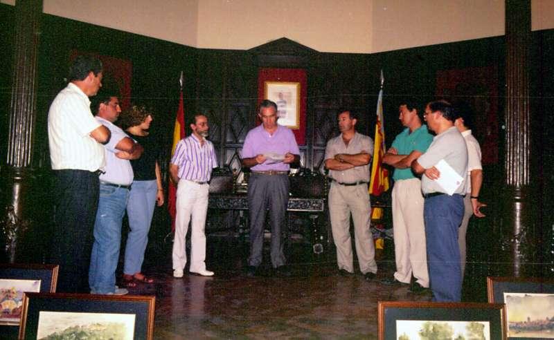 Segorbe 1989. Luis Clemente ( a la derecha del alcalde Luis Pedro) entrega a la ciudad diez acuarelas con las que ilustró el programa de fiestas