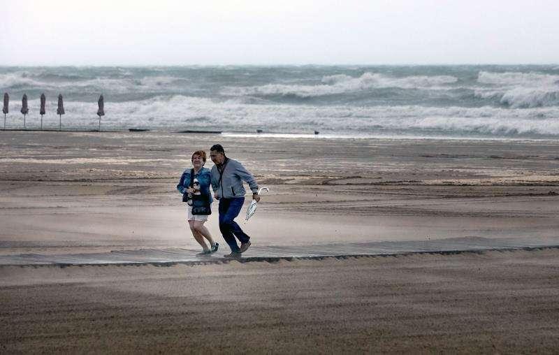 Imagen a primera hora de hoy de la playa de Gandía, otra de las poblaciones sacudidas por el viento. / EFE
