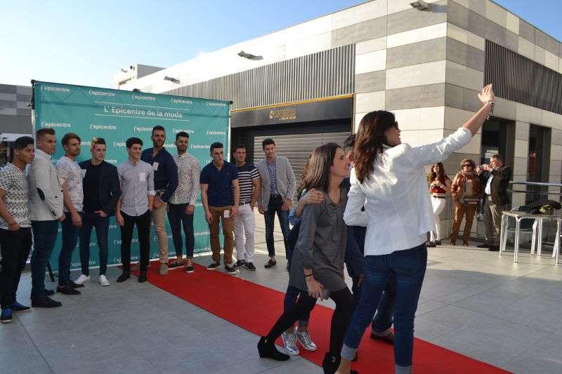 Los miembros del jurado haciéndose un selfie con los aspirantes masculinos