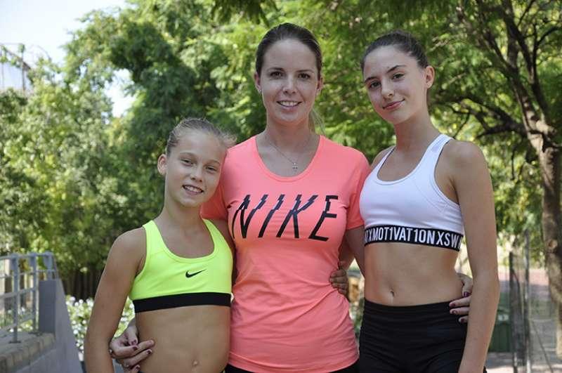 Laura Tvile i Irene Llompart amb la seua entrenadora Andrea Martínez