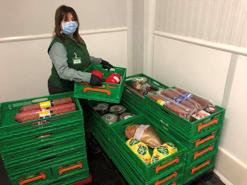 Trabajadora de Mercadona preparando la donación de alimentos, en una imagen de la cadena de supermercados.