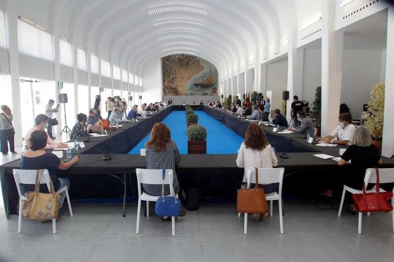 El alcalde de Alicante, Luis Barcala, durante la constitución de la Comisión no permanente o específica del pleno para la recuperación de Alicante con representantes de todos los sectores. EFE/MORELL