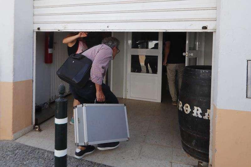 Un inspector de sanidad de la Junta de Andalucía en una de las inspecciones por la alerta alimentaria por listeriosis, en una imagen de hace unos días EFE