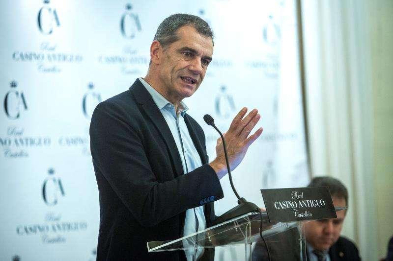 El diputado de Ciudadanos por Valencia Toni Cantó durante su intervención en un desayuno informativo ante políticos, periodistas y empresarios de Castellón en el Real Casino Antiguo. EFE