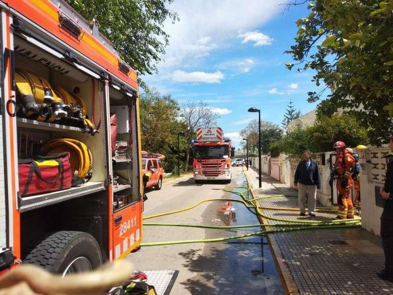 Los bomberos asisten el incendio en Torrent. EPDA