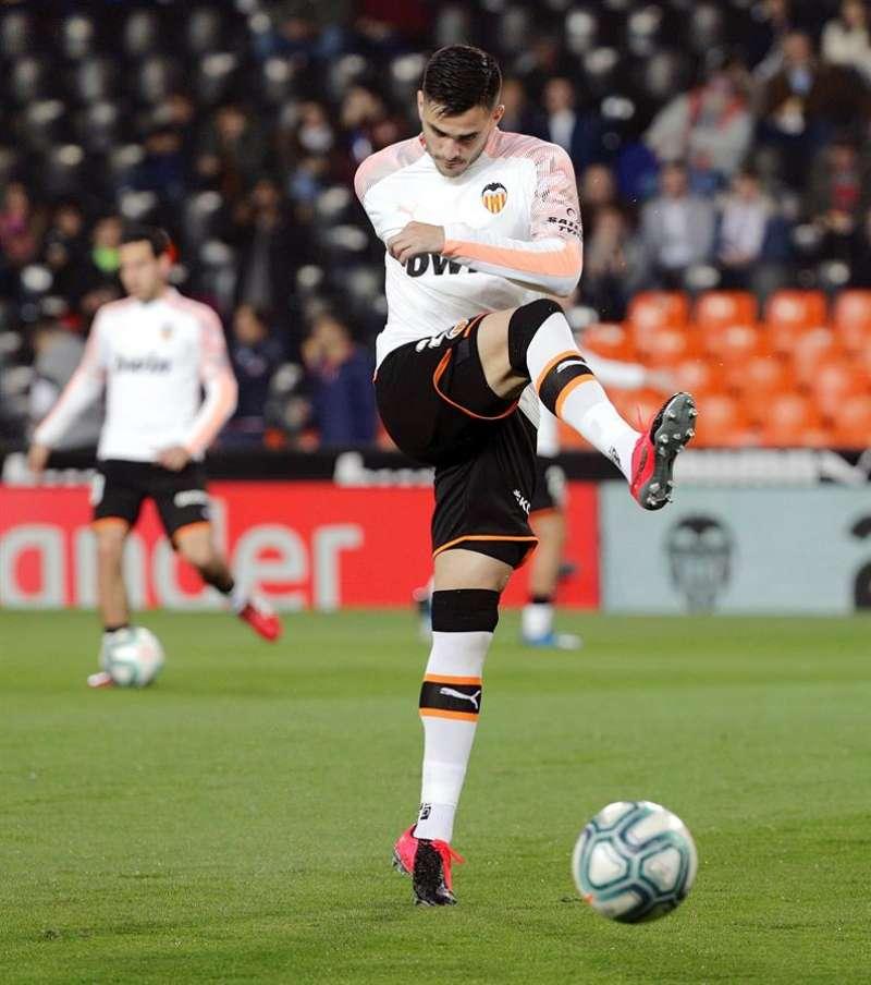 El delantero uruguayo del Valencia, Maxi Gómez, durante el calentamiento previo a un encuentro. EFE/Archivo
