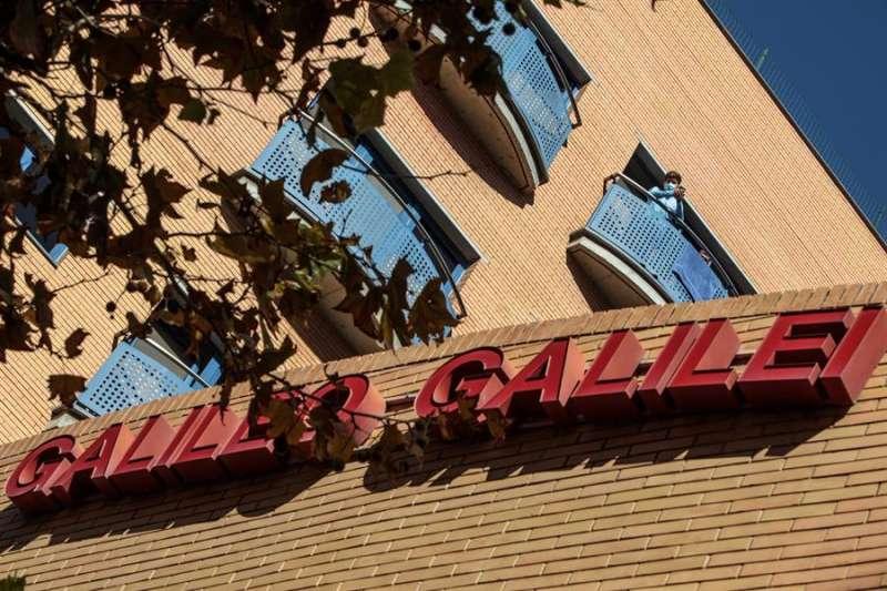 Un residente del colegio mayor Galileo Galilei asomado al balcón, en una imagen de estos días. EFE/ Biel Aliño