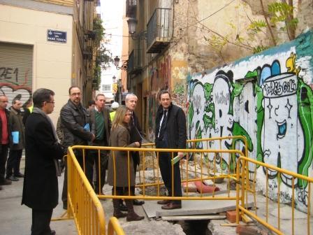 Vicente Dómine visita las obras de reordenación del entorno de la muralla árabe de Valencia. Foto EPDA
