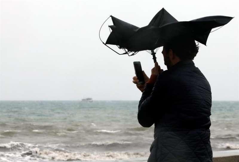 Silvia con un paraguas.