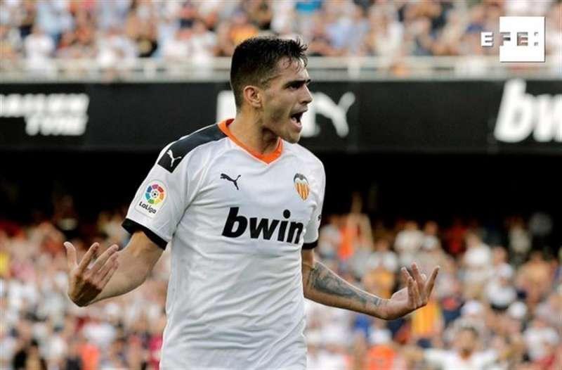 El delantero uruguayo del Valencia Maximiliano Gómez celebra el gol marcado ante el Alavés. EFE/Juan Carlos Cárdenas