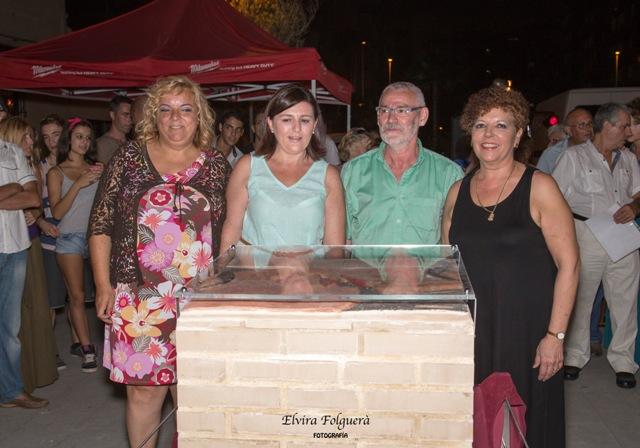 La escritora Clara Tena junto a la concejala de Turismo, Raquel Casares, el alcalde de Alboraya Miguel Chavarría y la escultora, Conxa Pascual. FOTO: EPDA